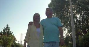 Ευτυχές ώριμο ζεύγος που περπατά στην πόλη χώρας απόθεμα βίντεο