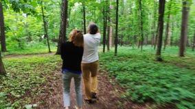 Ευτυχές ώριμο ζεύγος που περπατά στο ίχνος φιλμ μικρού μήκους