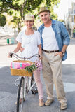 Ευτυχές ώριμο ζεύγος που πηγαίνει για έναν γύρο ποδηλάτων στην πόλη Στοκ εικόνα με δικαίωμα ελεύθερης χρήσης
