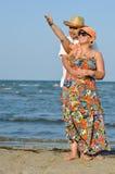 Ευτυχές ώριμο ζεύγος που στέκεται στην αμμώδη παραλία ακτών και που κρατά τα χέρια Στοκ εικόνες με δικαίωμα ελεύθερης χρήσης