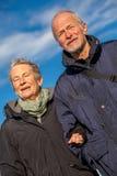 Ευτυχές ώριμο ζεύγος που χαλαρώνει τους αμμόλοφους της θάλασσας της Βαλτικής στοκ εικόνες με δικαίωμα ελεύθερης χρήσης