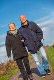 Ευτυχές ώριμο ζεύγος που χαλαρώνει τους αμμόλοφους της θάλασσας της Βαλτικής στοκ εικόνα με δικαίωμα ελεύθερης χρήσης