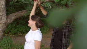 Ευτυχές ώριμο ζεύγος που χορεύει στο πάρκο σε έναν περίπατο φιλμ μικρού μήκους
