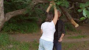Ευτυχές ώριμο ζεύγος που χορεύει στο πάρκο, σε αργή κίνηση απόθεμα βίντεο