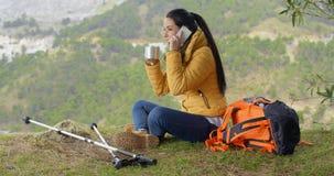 Ευτυχές backpacker σε ετοιμότητα το τηλέφωνο και κυματίζοντας Στοκ Φωτογραφίες