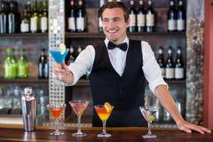 Ευτυχές bartender που μπλε martini Στοκ Εικόνες