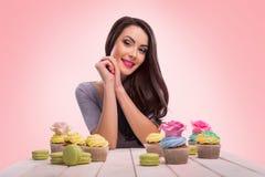 Ευτυχές brunette με το αρτοποιείο Στοκ Εικόνες