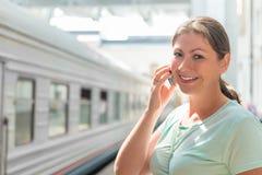 Ευτυχές brunette με το κινητό τηλέφωνο Στοκ εικόνα με δικαίωμα ελεύθερης χρήσης