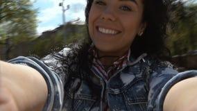 Ευτυχές brunette που γυρίζει γύρω από την με τη κάμερα στα χέρια απόθεμα βίντεο