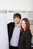 Ευτυχές Businesspeople με Flipchart Στοκ εικόνα με δικαίωμα ελεύθερης χρήσης