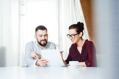 Ευτυχές businesspeople δύο που συζητά το νέο πρόγραμμα στην αίθουσα συνεδριάσεων Στοκ Εικόνες