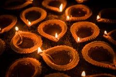 Ευτυχές Diwali - diya τερακότας ή ελαιολυχνίες πέρα από την επιφάνεια αργίλου ή το έδαφος, εκλεκτική εστίαση στοκ εικόνα με δικαίωμα ελεύθερης χρήσης