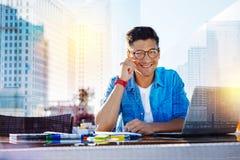 Ευτυχές freelancer που λειτουργεί στο lap-top του Στοκ Φωτογραφία