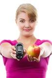 Ευτυχές glucometer εκμετάλλευσης γυναικών και φρέσκο μήλο, που μετρούν το επίπεδο ζάχαρης, έννοια του διαβήτη στοκ φωτογραφίες με δικαίωμα ελεύθερης χρήσης