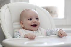 ευτυχές highchair μωρών στοκ φωτογραφία