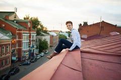 Ευτυχές hipster στην άκρη της στέγης Στοκ Εικόνες