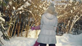 Ευτυχές mom και αγκάλιασμα και παιχνίδι κορών στα προάστια το χειμώνα απόθεμα βίντεο