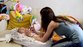 Ευτυχές mom και ευτυχές μωρό φιλμ μικρού μήκους