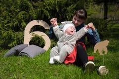 Ευτυχές mom με το παιδικό παιχνίδι και το γέλιο στοκ φωτογραφίες