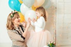 Ευτυχές mom που παίζει με την λίγη κόρη η ευτυχής μικρογραφία ατόμων εκμετάλλευσης ημερομηνίας ημερολογιακής έννοιας δεσμών γενεθ στοκ φωτογραφίες με δικαίωμα ελεύθερης χρήσης