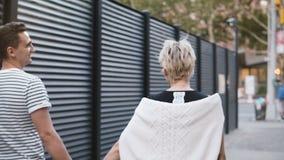 Ευτυχές multiethnic ρομαντικό ζεύγος που περπατά κατά μήκος του βραδιού Soho, Νέα Υόρκη μαζί που κρατά τα χέρια, που εξερευνούν τ απόθεμα βίντεο
