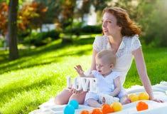 Ευτυχές mum και το παιδί της που παίζουν στο πάρκο από κοινού Στοκ φωτογραφία με δικαίωμα ελεύθερης χρήσης