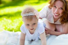 Ευτυχές mum και το παιδί της που παίζουν στο πάρκο από κοινού Στοκ Φωτογραφίες