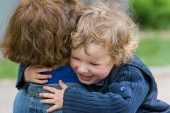 ευτυχές mum παιδιών από κοινού Στοκ Εικόνες