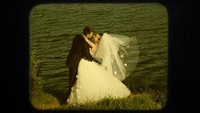 Ευτυχές Newlyweds κοντά στη λίμνη στη ημέρα γάμου φιλμ μικρού μήκους