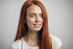 Ευτυχές redhead χαμόγελο κοριτσιών που εξετάζει τη κάμερα Στοκ φωτογραφία με δικαίωμα ελεύθερης χρήσης