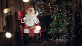 Ευτυχές Santa με τα χαμόγελα πυροτεχνημάτων σπινθηρίσματος σας προσκαλεί για τη γιορτή Χριστουγέννων Νέα έννοια εορτασμών έτους απόθεμα βίντεο