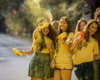Ευτυχές selfie κατά τη διάρκεια του τρεξίματος χρώματος Στοκ φωτογραφία με δικαίωμα ελεύθερης χρήσης