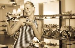 Ευτυχές shopaholic επιθυμητό εκμετάλλευση παπούτσι γυναικών Στοκ Εικόνες
