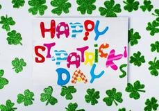 Ευτυχές ST Patrick& x27 κάρτα ημέρας του s με τα λαμπρά τριφύλλια στοκ εικόνες