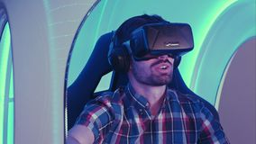 Ευτυχές videogame παιχνιδιού νεαρών άνδρων στον τρισδιάστατο προσομοιωτή εικονικής πραγματικότητας Στοκ Φωτογραφίες