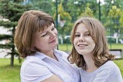Ευτυχέστερες μητέρα και κόρη δεκατέσσερα χρονών στοκ εικόνες με δικαίωμα ελεύθερης χρήσης