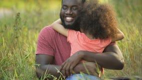 Ευτυχέστερος πατέρας στη γη που αγκαλιάζει τη λατρεμμένη κόρη στο σφιχτό και τρυφερό αγκάλιασμα φιλμ μικρού μήκους