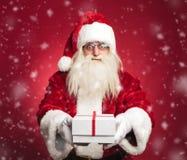 Ευτυχής Άγιος Βασίλης που προσφέρει ένα παρόν σε όλα τα παιδιά Στοκ Εικόνες