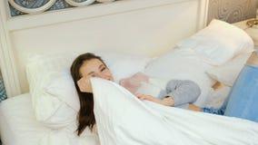 Ευτυχής άνετη κλινοστρωμνή κοριτσιών ελεύθερου χρόνου προκλητική flirty απόθεμα βίντεο