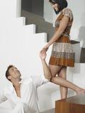 Ευτυχής άνδρας που εξετάζει τη γυναίκα στα σκαλοπάτια Στοκ Εικόνες