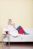 Ευτυχής άρρωστη γυναίκα που αισθάνεται καλύτερα μετά από την επεξεργασία Στοκ Φωτογραφίες