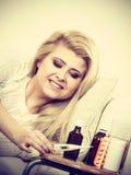 Ευτυχής άρρωστη γυναίκα που αισθάνεται καλύτερα μετά από την επεξεργασία Στοκ εικόνα με δικαίωμα ελεύθερης χρήσης