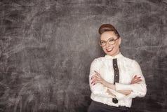 Ευτυχής δάσκαλος στο υπόβαθρο σχολικών πινάκων Στοκ Εικόνες