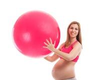 Ευτυχής έγκυος γυναίκα με τη σφαίρα Στοκ φωτογραφίες με δικαίωμα ελεύθερης χρήσης