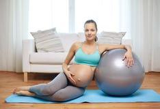 Ευτυχής έγκυος γυναίκα με το fitball στο σπίτι Στοκ εικόνα με δικαίωμα ελεύθερης χρήσης