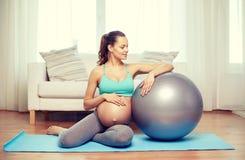Ευτυχής έγκυος γυναίκα με το fitball στο σπίτι Στοκ φωτογραφίες με δικαίωμα ελεύθερης χρήσης