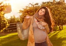 ευτυχής έγκυος γυναίκ&alpha Στοκ φωτογραφία με δικαίωμα ελεύθερης χρήσης