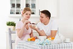 Ευτυχής έγκυος οικογένεια και υγιή τρόφιμα Στοκ φωτογραφία με δικαίωμα ελεύθερης χρήσης