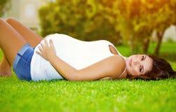 Ευτυχής έγκυος υπαίθριος Στοκ εικόνες με δικαίωμα ελεύθερης χρήσης
