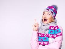 Ευτυχής έκπληκτη γυναίκα στα χειμερινά ενδύματα με τις θετικές συγκινήσεις Στοκ Εικόνα